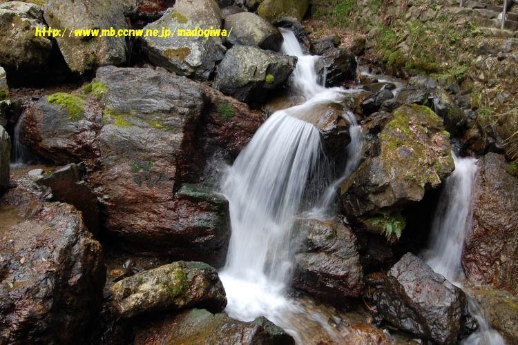 岩場 養老の滝。 流れ落ちている水量と岩場の水量が比例しないのは誰の目にも明... 散歩 de